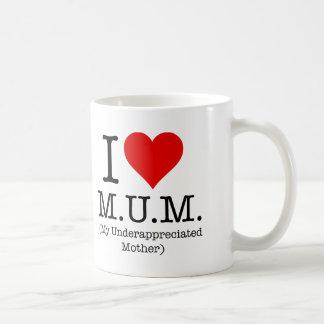 Amo a la momia (mi madre infravalorada) taza básica blanca