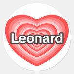 Amo a Leonard. Te amo Leonard. Corazón Pegatinas Redondas