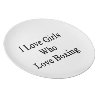 Amo a los chicas que aman el encajonar plato de comida