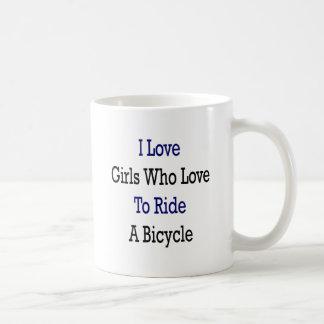 Amo a los chicas que aman montar una bicicleta taza