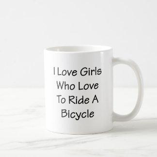 Amo a los chicas que aman montar una bicicleta taza de café
