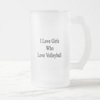 Amo a los chicas que aman voleibol taza cristal mate