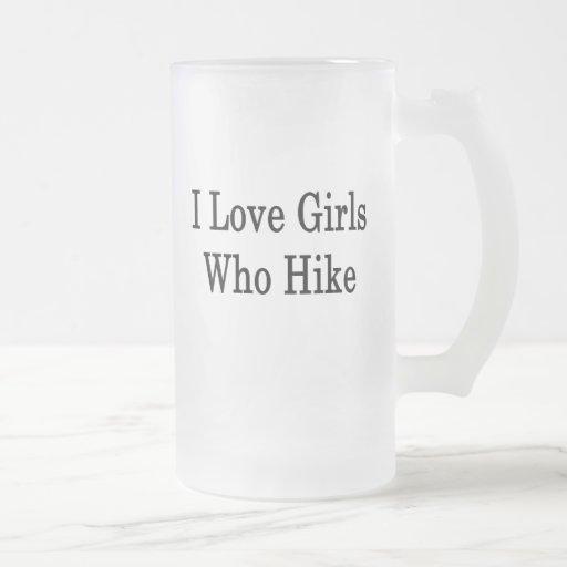 Amo a los chicas que caminan taza de cristal