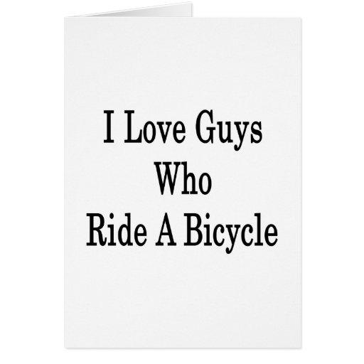 Amo a los individuos que montan una bicicleta tarjeton
