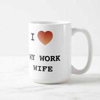 Amo a mi esposa del trabajo taza básica blanca