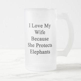 Amo a mi esposa porque ella protege elefantes taza de café
