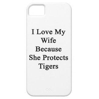 Amo a mi esposa porque ella protege tigres iPhone 5 cárcasas