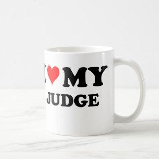 Amo a mi juez taza básica blanca