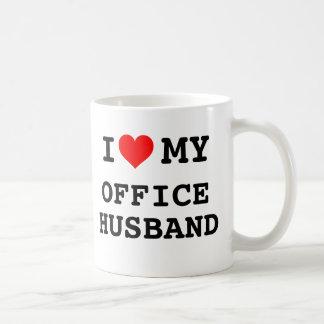 Amo a mi marido de la oficina taza clásica