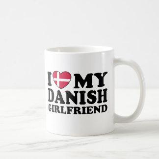 Amo a mi novia danesa taza básica blanca