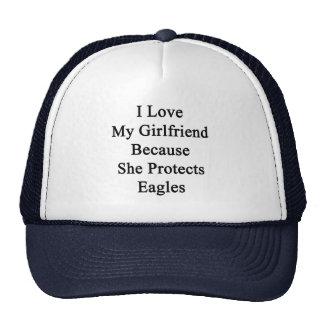 Amo a mi novia porque ella protege a Eagles Gorro De Camionero