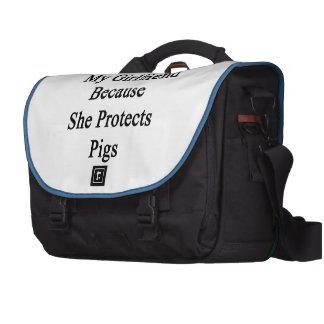 Amo a mi novia porque ella protege cerdos bolsas de portátil