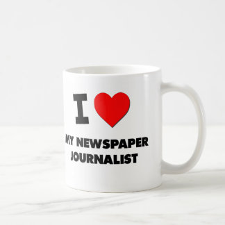 Amo a mi periodista del periódico taza básica blanca