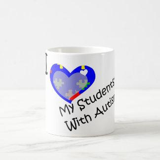 Amo a mis estudiantes con la taza del autismo