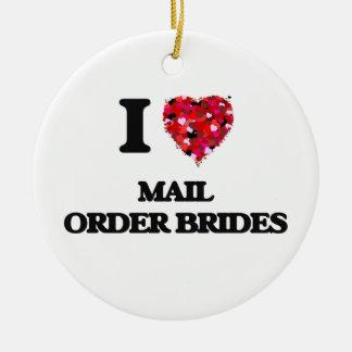 Amo a novias del pedido por correo adorno navideño redondo de cerámica