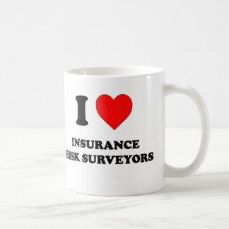 Amo a topógrafos del riesgo del seguro taza básica blanca