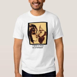 Amo a un hombre en una camisa del turbante