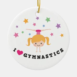 Amo al chica del dibujo animado de la gimnasia que adorno navideño redondo de cerámica