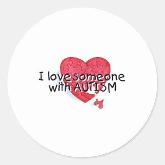 Amo alguien con el autismo (el corazón del pegatina redonda