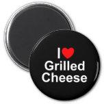 Amo (corazón) el queso asado a la parrilla imán de frigorífico