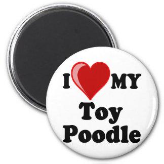 Amo (corazón) mi perro de caniche de juguete imán redondo 5 cm