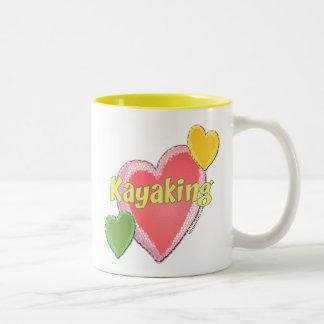 Amo corazones del kajak taza de dos tonos