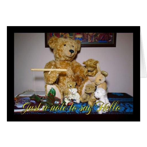 Amo de la marioneta del oso de peluche con la nota felicitación