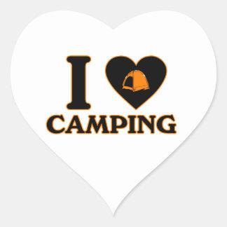 Amo el acampar pegatina en forma de corazón