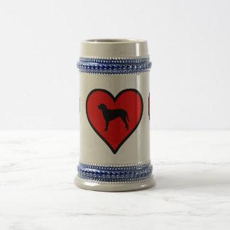 Amo el corazón revestido rizado de la silueta del jarra de cerveza