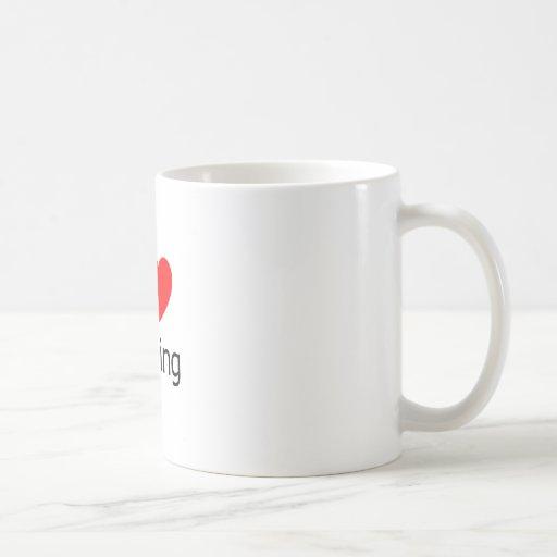 Amo el cruzar taza de café