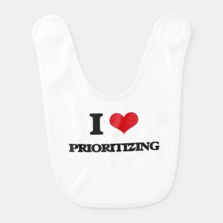 Amo el dar prioridad babero de bebé