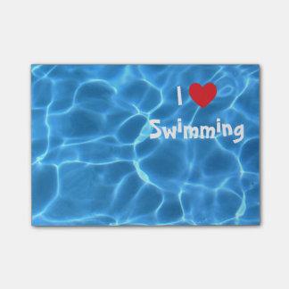 Amo el nadar del corazón rojo con agua azul de la post-it notas