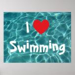 Amo el nadar del corazón rojo con agua de la poster