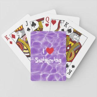 Amo el nadar del corazón rojo con agua púrpura de naipes