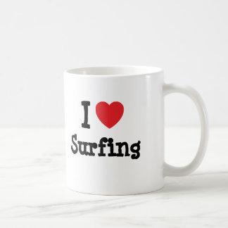 Amo el practicar surf del personalizado del corazó taza básica blanca