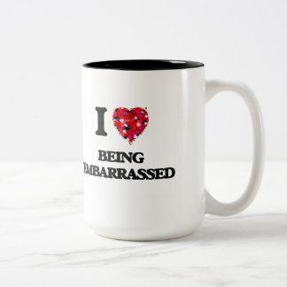 Amo el ser avergonzado taza dos tonos