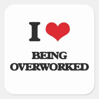 Amo el ser con exceso de trabajo pegatina cuadrada