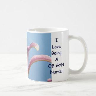 ¡Amo el ser enfermera de OB-GYN! Flores del lirio  Taza Básica Blanca