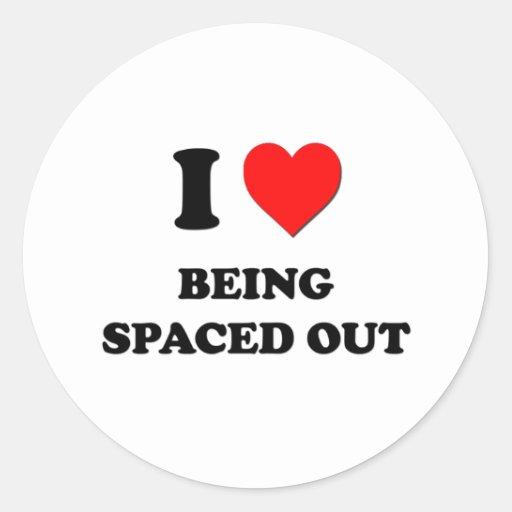 Amo el ser espaciado hacia fuera pegatina redonda
