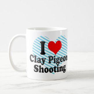 Amo el tiroteo del tiro de pichón taza clásica