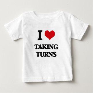 Amo el tomar de vueltas playera para bebé