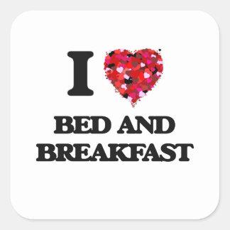 Amo la cama - y - desayuno pegatina cuadrada