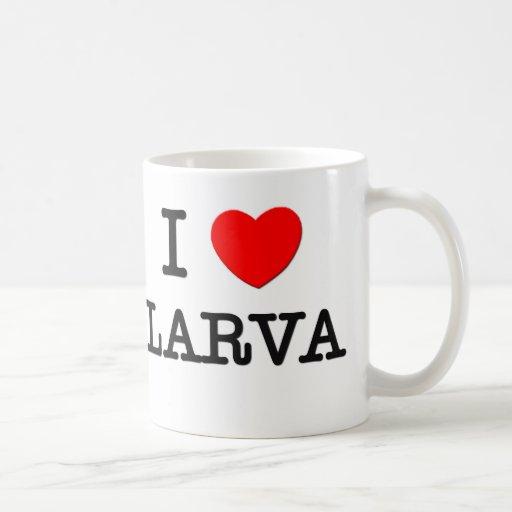 Amo la larva tazas