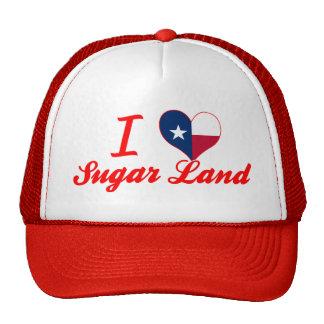 Amo la tierra del azúcar, Tejas Gorra