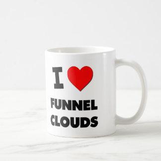 Amo las nubes del embudo taza básica blanca