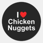 Amo las pepitas de pollo (del corazón) etiquetas redondas
