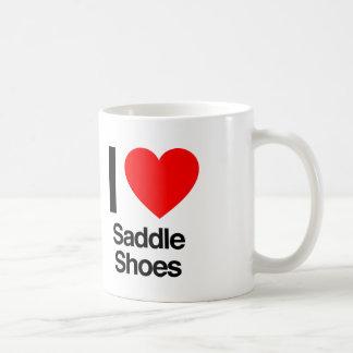Amo los zapatos de silla de montar taza de café