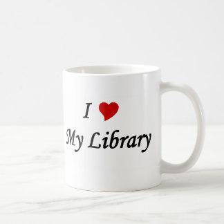 Amo mi biblioteca taza clásica