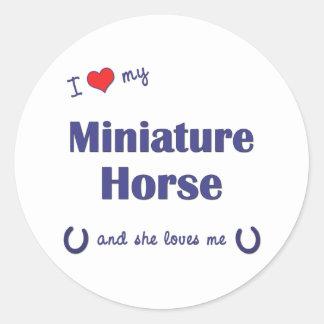 Amo mi caballo miniatura (el caballo femenino) pegatina redonda