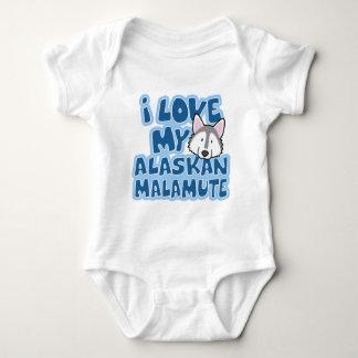 Amo mi enredadera del bebé del Malamute de Alaska Remera